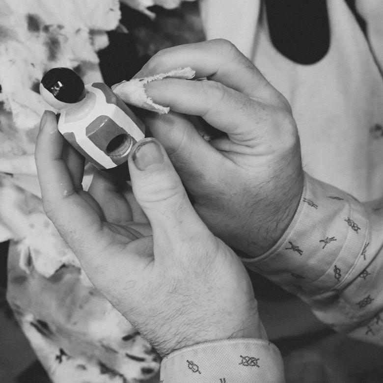 Limpiando los muñecos con iman