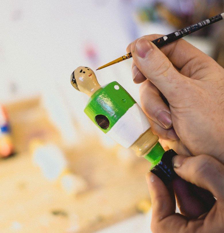 Pintando muñecos de futbolín